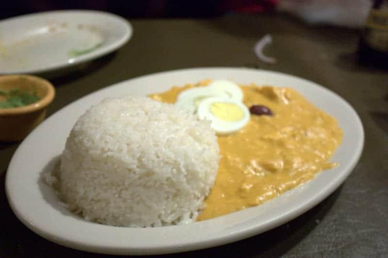 L'Aji de gallina est un plat de poulet péruvien populaire dans une sauce crémeuse aux noix