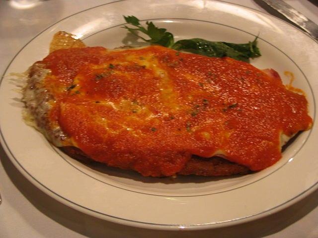 Milanesa a la Napolitana, un plat de type pizza inspiré de la cuisine italienne