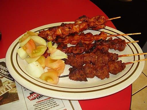 Suya est une brochette de viande épicée